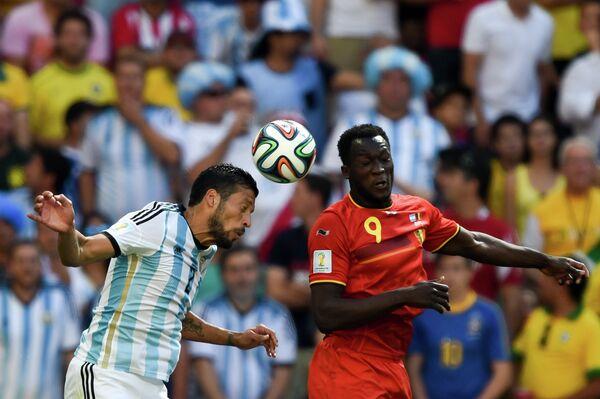 Защитник сборной Аргентины Эсекьель Гарай (слева) и нападающий сборной Бельгии Ромелу Лукаку