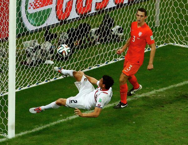 Защитник сборной Коста-Рики Джонни Акоста (слева) и защитник сборной Голландии Стефан де Врей