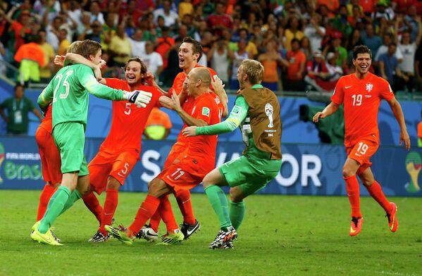 Футболисты сборной Голландии радуются выходу в полуфинал ЧМ-2014