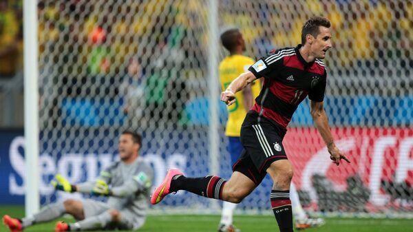 Нападающий сборной Германии Мирослав Клозе празднует гол в ворота бразильцев в полуфинале ЧМ-2014