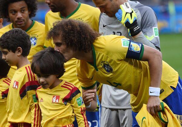 Защитник сборной Бразилии Давид Луис (справа).