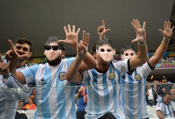 Болельщики сборной Аргентины в масках форварда Лионеля Месси.