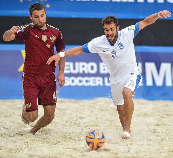 Игрок сборной России Алексей Макаров (слева) и игрок сборной Греции Спиридон Пападопулос