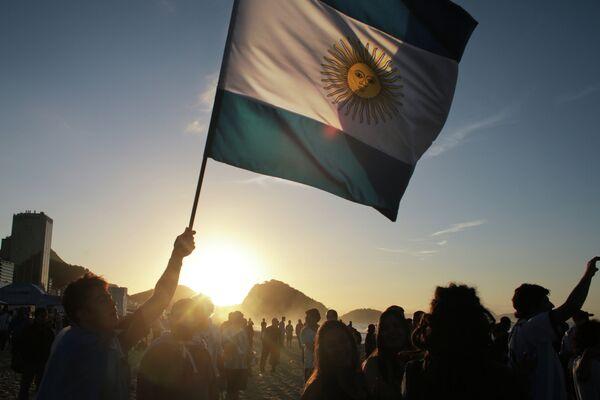 Болельщики сборной Аргентины встречают рассвет на пляже Копакабана