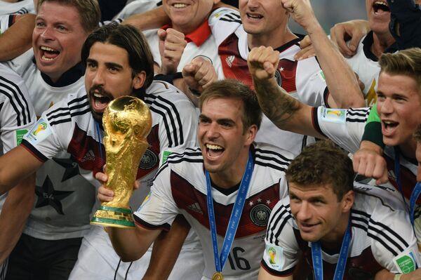 Капитан сборной Германии Филипп Лам (в центре) с Кубком мира
