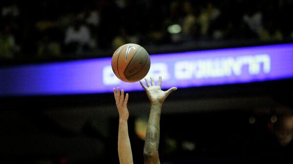 Баскетбольный мяч в матче Евролиги