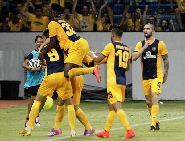 Футболисты АЕЛа радуются забитому мячу в ворота Зенита