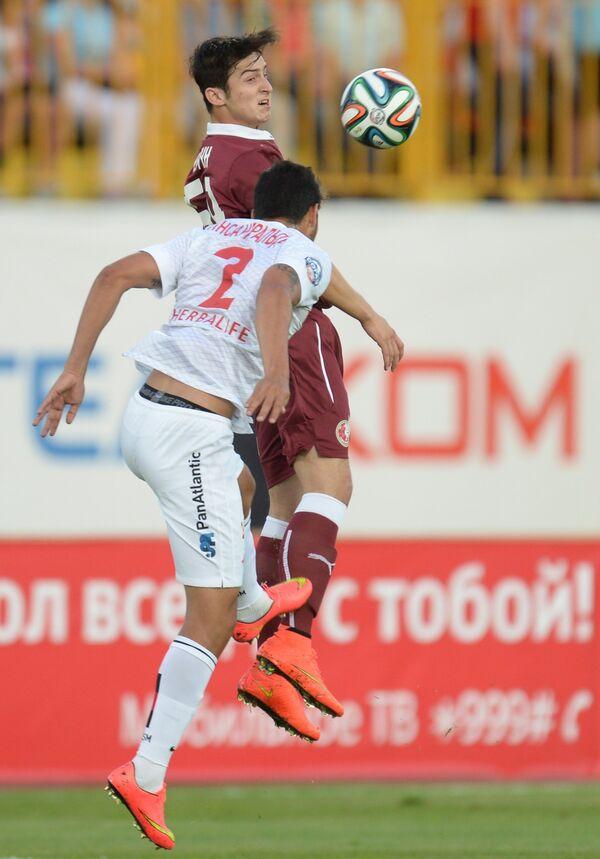 Защитник Спартака Хуан Инсаурральде (на первом плане) и нападающий Рубина Сердар Азмун
