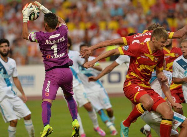 Вратарь Зенита Юрий Лодыгин (справа) в матче против тульского Арсенала