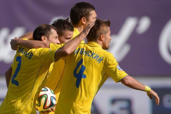 Футболисты ФК Ростов радуются забитому голу.
