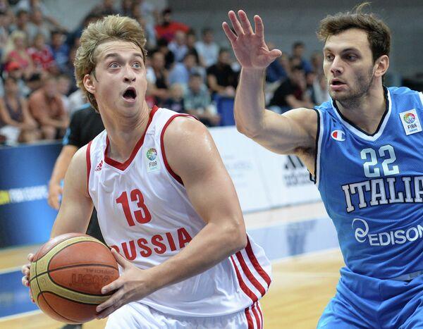 Защитник сборной России Дмитрий Хвостов (слева) и защитник сборной Италии Стефано Джентиле