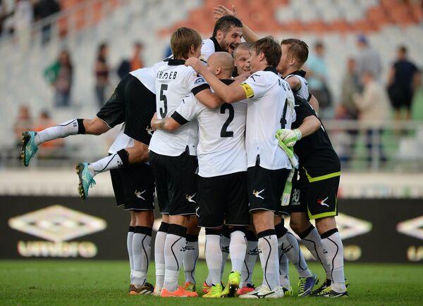 Футболисты Торпедо радуются победе.