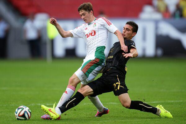 Полузащитник Локомотива Алексей Миранчук (слева) и полузащитник Рубина Магомед Оздоев.