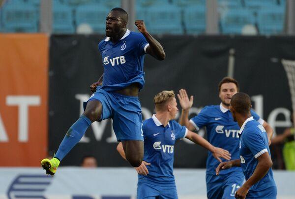 Форвард Динамо Кристофер Самба радуется голу