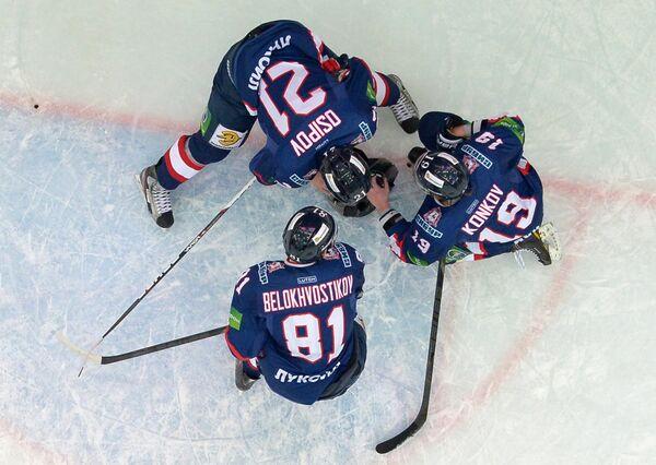 Слева направо: хоккеисты Торпедо Евгений Белохвостиков, Максим Осипов и Роман Коньков