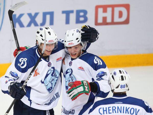 Хоккеисты Динамо-Шинник радуются забитому голу в матче Кубка мира по хоккею среди молодежных команд