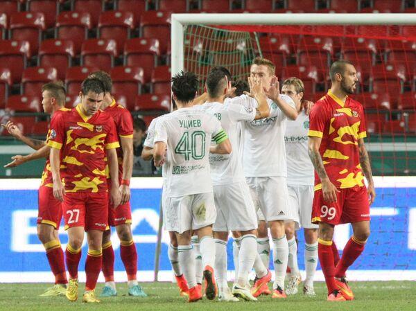 Футболисты Терека радуются забитому мячу в ворота тульского Арсенала