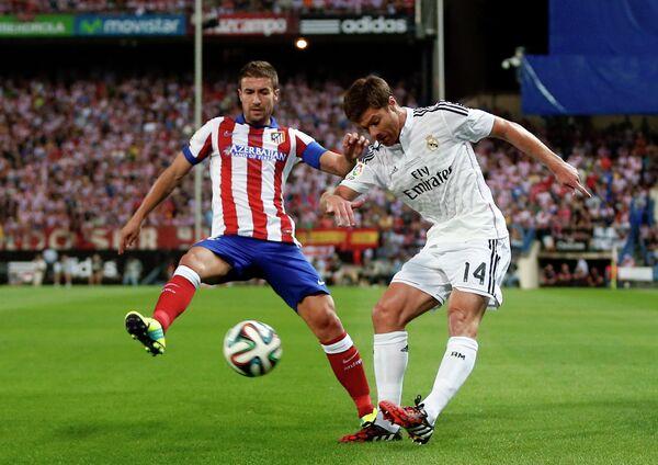Полузащитник мадридского Атлетико Габи и полузащитник Реала Хаби Алонсо (слева направо)
