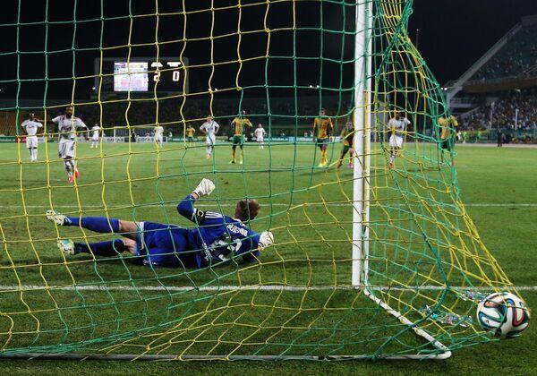 Вратарь Кубани Александр Беленов пропускает мяч в свои ворота