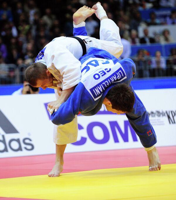 Российский спортсмен Кирилл Вопросов (вверху)