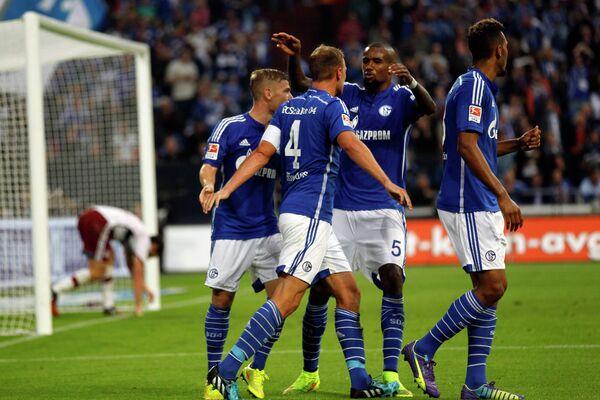 Футболисты Шальке радуются забитому мячу в ворота Баварии