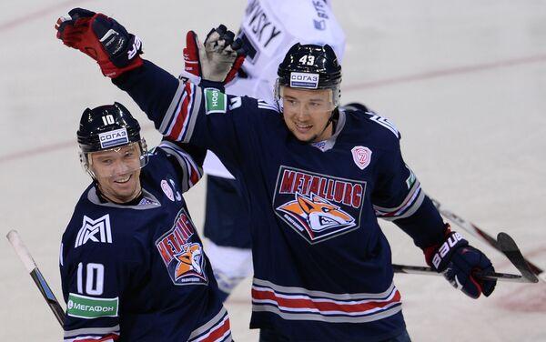 Хоккеисты Металлурга Сергей Мозякин (слева) и Ян Коварж