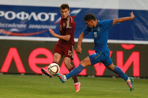 Нападающий сборной России Дмитрий Полоз (слева) и защитник сборной Азербайджана Руслан Амирханов