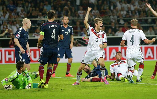 Нападающий сборной Германии Томас Мюллер (в центре) в матче против шотландских футболистов