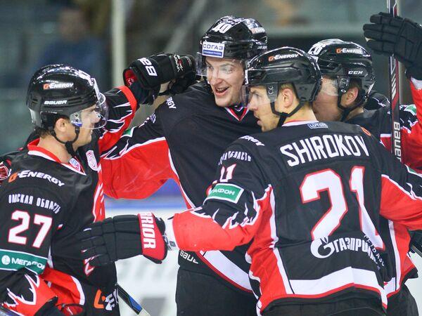 Хоккеисты Авангарда Денис Паршин, Сергей Калинин и Сергей Широков (слева направо)