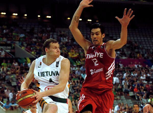 Разыгрывающий сборной Литвы Мартинас Поцюс и центровой сборной Турции Керем Гонлюм