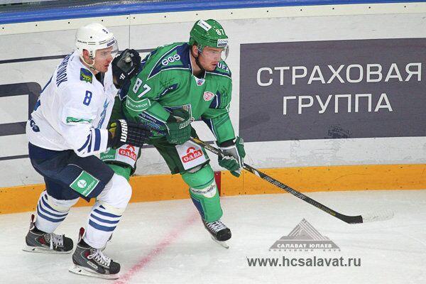 Нападающий ХК Слават Юлаев Андрей Анкудинов в матче против Адмирала