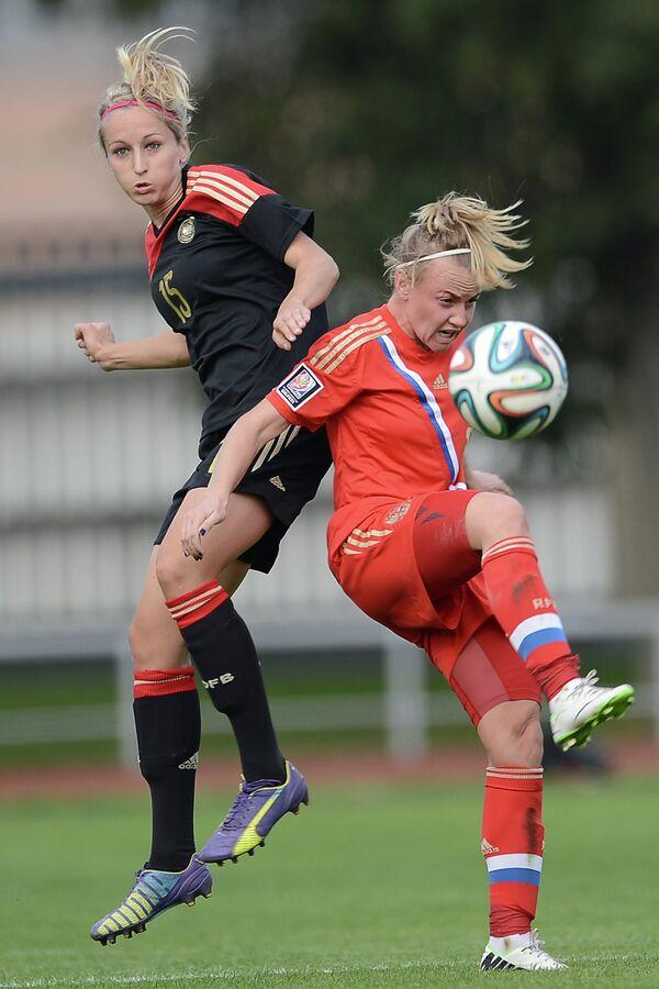 Игрок сборной Германии Катрин Хендрих (слева) и игрок сборной России Екатерина Сочнева