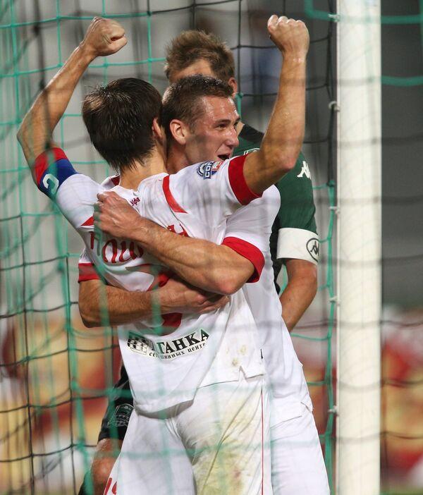 Футболисты Уфы Павел Аликин (слева) и Иван Пауревич