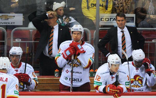 Игрок ХК Йокерит Линус Умарк, главный тренер Эркка Вестерлунд, игроки ХК Йокерит Стив Мозес и Яни Рита (справа налево)