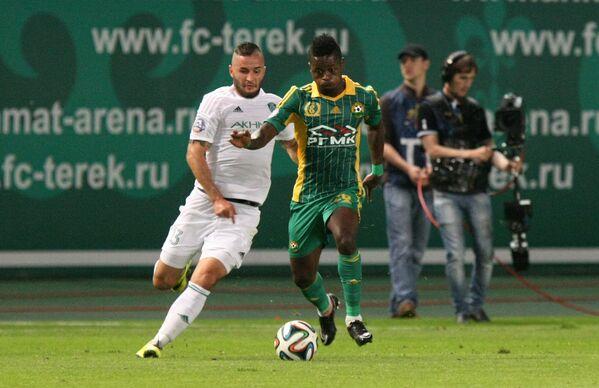 Защитник Терека Федор Кудряшов и полузащитник Кубани Секу Олисе (справа)