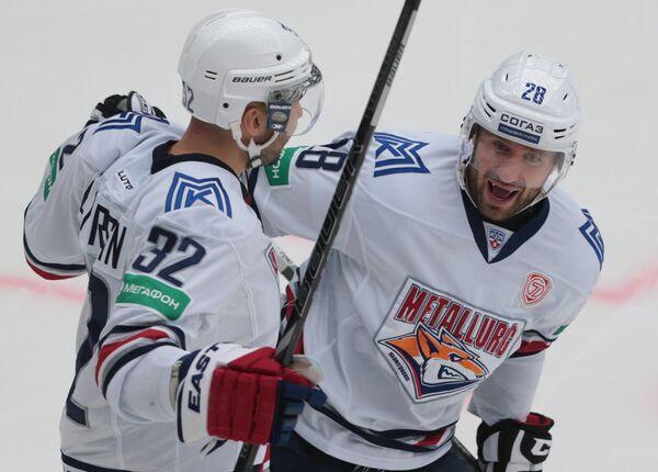 Игроки Металлурга Рафаэль Батыршин (слева) и Максим Якуценя