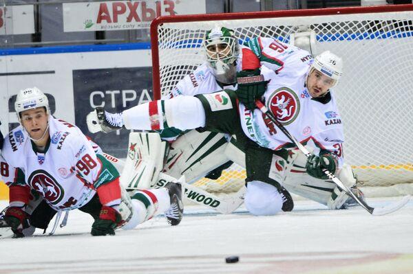 Хоккеисты Ак Барса Федор Малыхин, Эмиль Гарипов и Яков Рылов (слева направо)