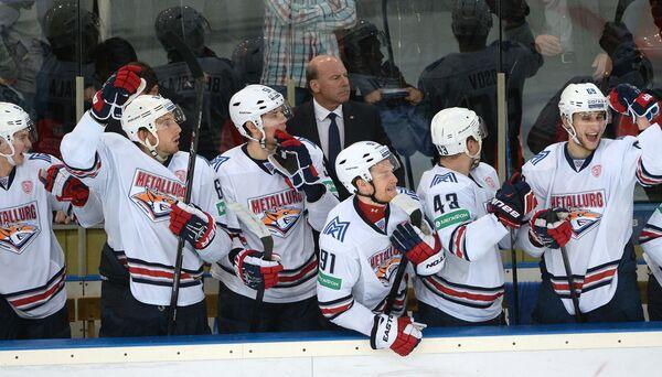 Хоккеисты магнитогорского Металлурга радуются заброшенному буллиту в матче с ХК Динамо