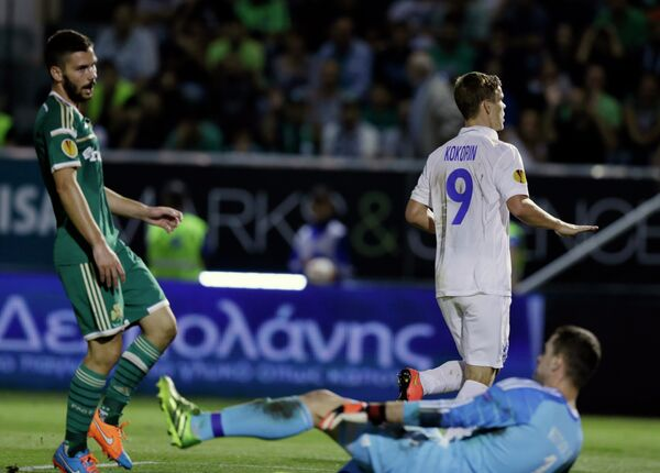 Нападающий Динамо Александр Кокорин (справа) забивает мяч в ворота Панатинаикоса