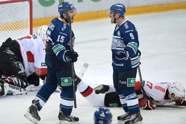 Игроки ХК Динамо Мартиньш Карсумс и Алексей Цветков (слева направо в центре)