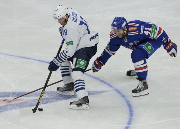 Нападающий Адмирала Алексей Угаров (слева) и нападающий СКА Патрик Торесен