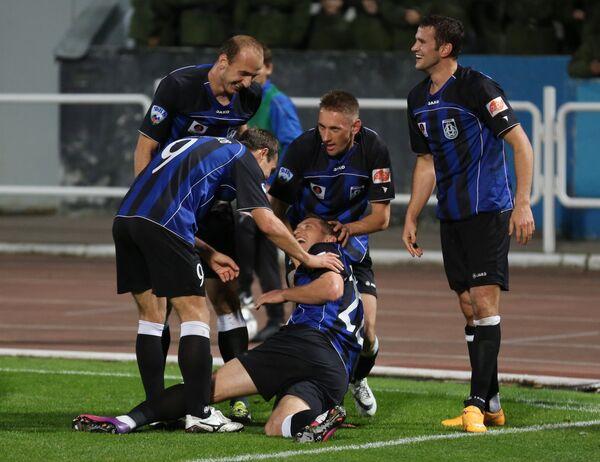 Футболисты Шинника радуются забитому голу