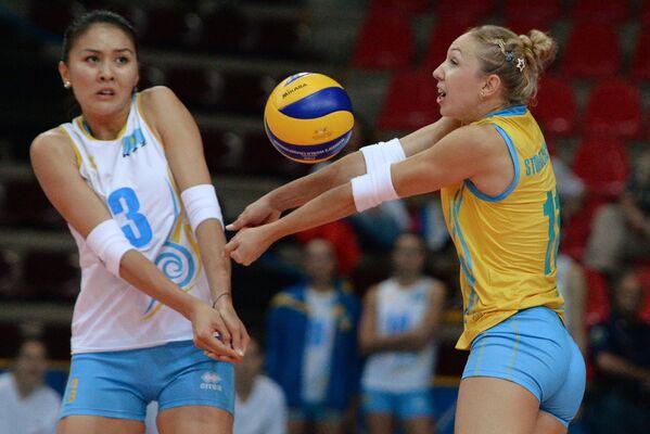Волейболистки сборной Казахстана Сана Анаркулова (слева) и Марина Стороженко
