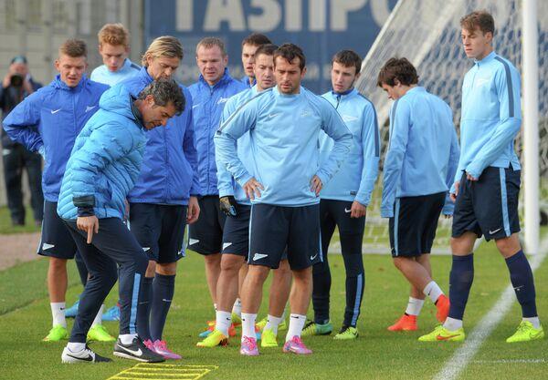 Тренер по физподготовке Жозе Марио Роша (второй слева) и футболисты Зенита на тренировке.