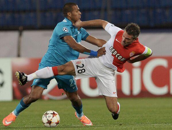Нападающий Зенита Хосе Саломон Рондон (слева) и полузащитник Монако Жереми Тулалан