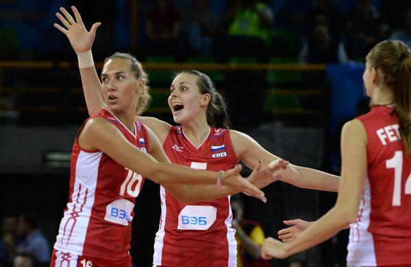 Волейболистки сборной России Юлия Подскальная и Александра Пасынкова (в центре) радуются победе