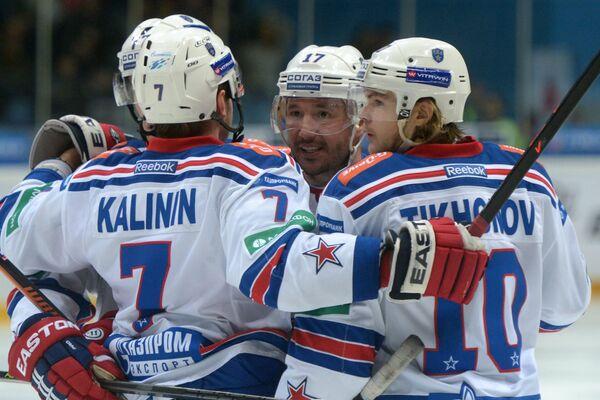 Хоккеисты СКА Илья Ковальчук и Виктор Тихонов