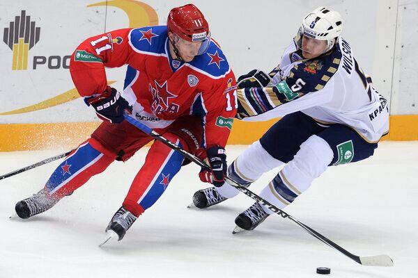 Форвард ЦСКА Сергей Андронов (слева) и защитник Сочи Клей Уилсон
