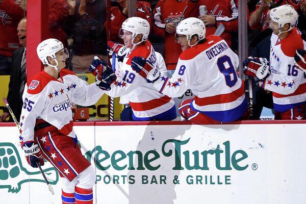 Хоккеисты Вашингтона во главе с Александром Овечкиным (трейтий слева)