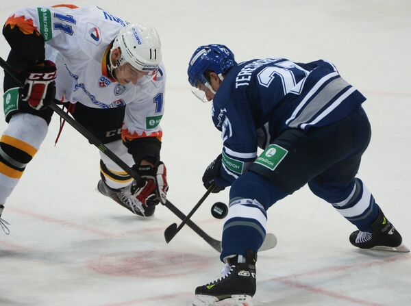 Форвард Северстали Сергей Купцов (слева) и форвард Динамо Алексей Терещенко
